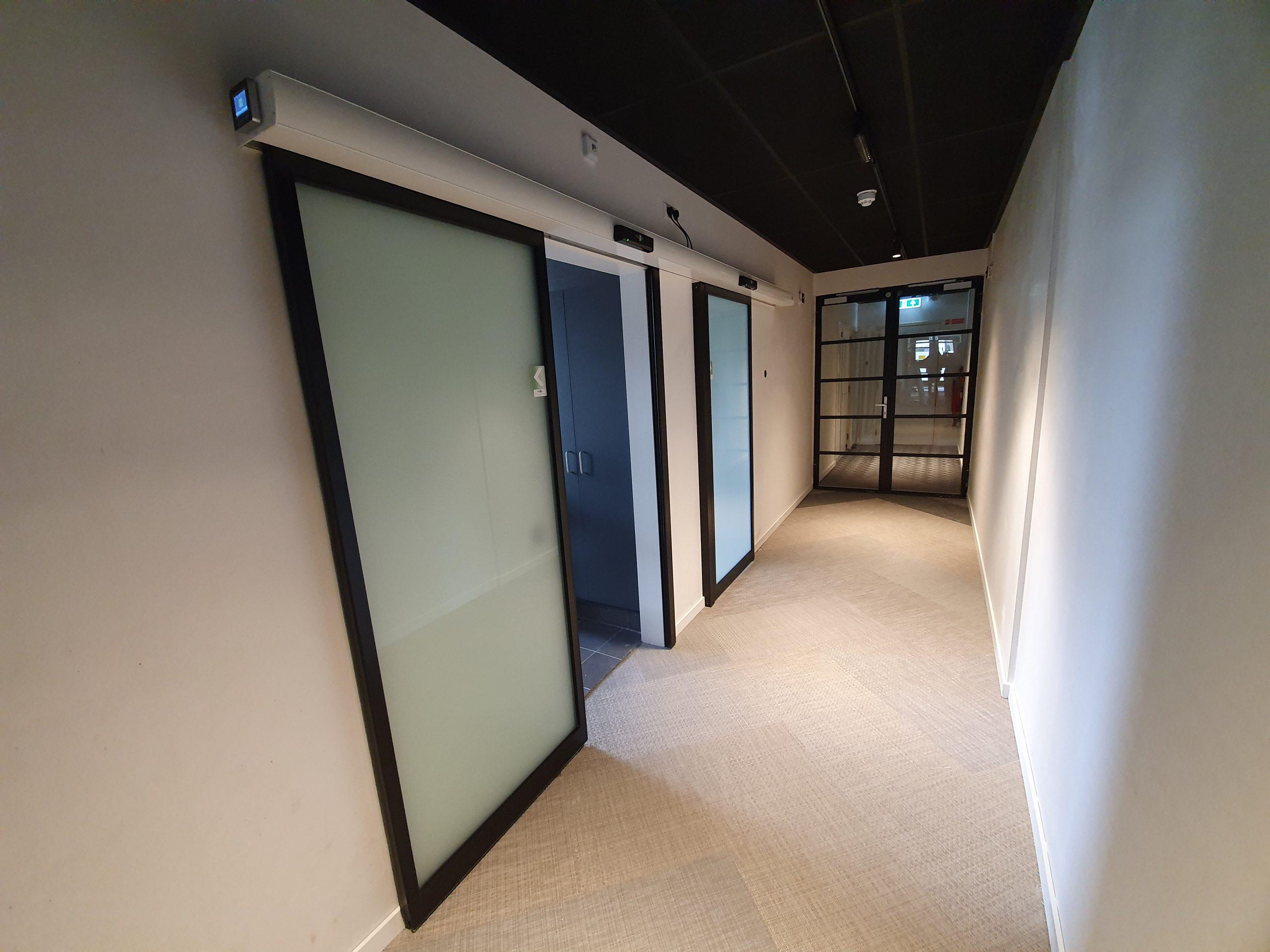 Automatische Schuifdeuren Naar De Keuken Van Het Dorpscentrum In Oegstgeest